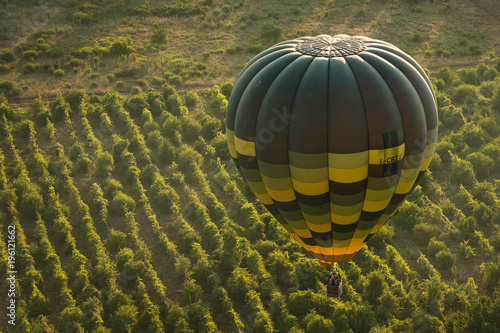 Fotografiet  Hot Air Baloon over Italy