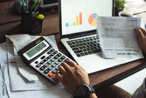 Fotografia, Obraz  Men is calculating the cost of the bill