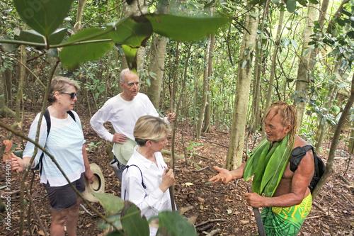 Fotografija Cook Islander explains Western tourists about the local nature of Rarotonga Cook