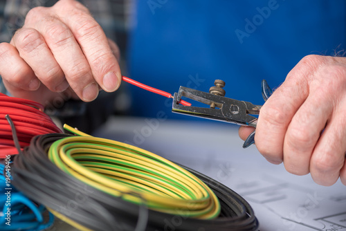Fotomural  Electrician stripping a wire