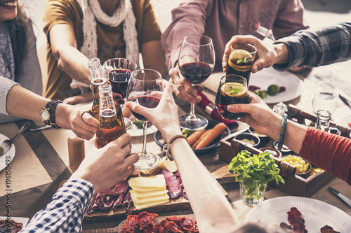 Photo Group of people having meal togetherness dining toasting glasses