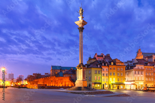 fototapeta na szkło Castle Square with Royal Castle, colorful houses and Sigismund Column called Kolumna Zygmunta in Old town during morning blue hour, Warsaw, Poland.