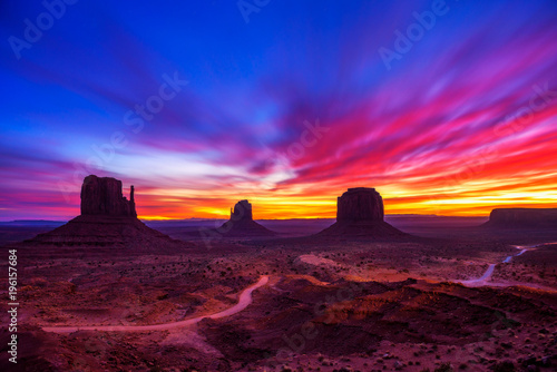 Spoed Foto op Canvas Donkerblauw Sunrise over Monument Valley, Arizona, USA