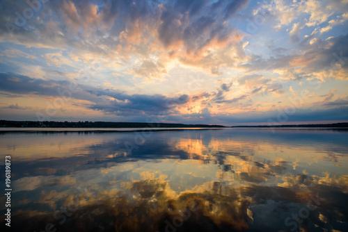 malowniczy-wschod-slonca-nad-rzeka-wielobarwne-chmury