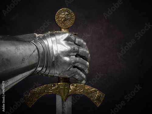 Cuadros en Lienzo A beautiful ancient sword of the Order of the Knights Templar and an iron knight's glove