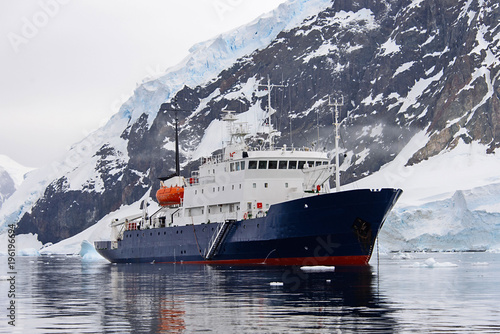 In de dag Antarctica Expedition ship in Antarctic sea