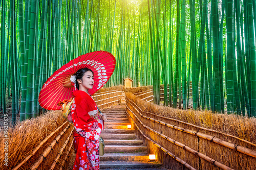 Poster Lieu connus d Asie Bamboo Forest. Asian woman wearing japanese traditional kimono at Bamboo Forest in Kyoto, Japan.