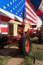 Vieux Tracteur Sur Fond De Drapeau Des USA