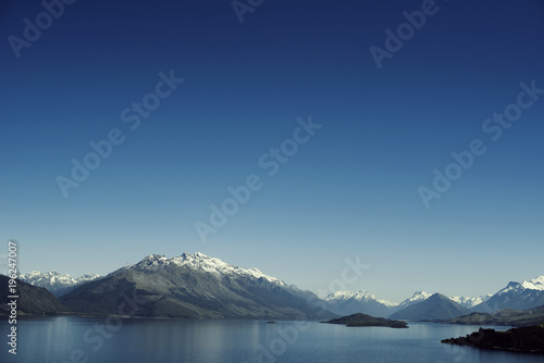 Poster Reflexion Paisaje de montañas con picos nevados. Las montañas se reflejan en un lago. Escena diurna, cielo azul y despejado. Nueva Zelanda.