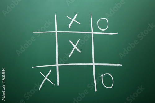 Fotografía  Tic tac toe game drawn by chalk on green school blackboard