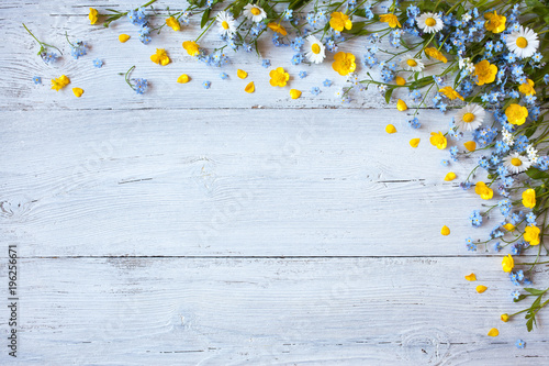 Poster Madeliefjes Spring and summer flowers forget-me-nots, buttercups, daisies on a wooden background