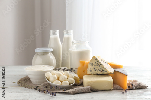 Montage in der Fensternische Milchprodukt Fresh dairy products on table