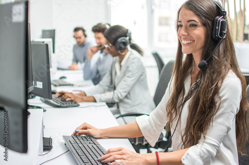 Photo Young smiling operator woman agent with headsets working in a call centre