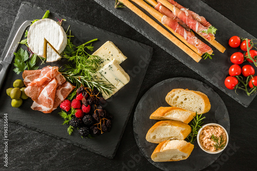 Deurstickers Assortiment オードヴルセット Ham and cheese and wine