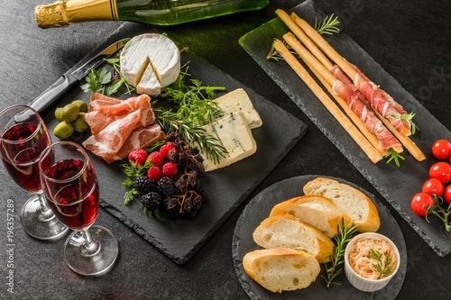 Fotobehang Assortiment オードヴルセット Ham and cheese and wine