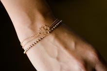 Hochwertige Arm Kette In Gold An Einem Handgelenk