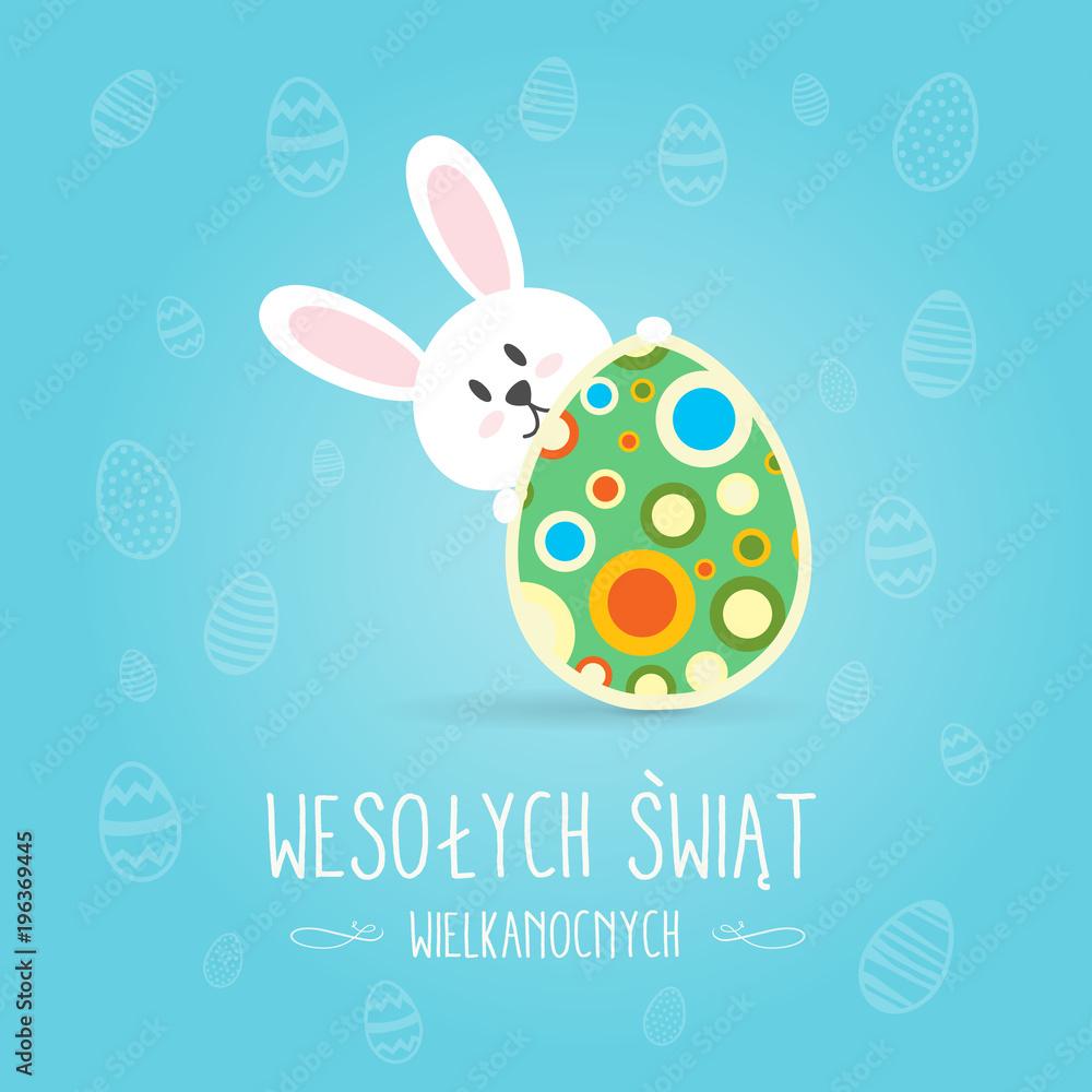 Fototapeta Koncepcja kartki z życzeniami Wesołych Świąt Wielkanocnych w języku polskim, króliczek trzyma udekorowaną pisankę, w tle motyw świąteczny