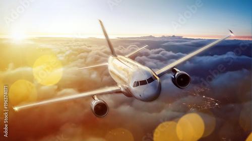 Flugzeug über den Wolken bei Sonnenuntergang