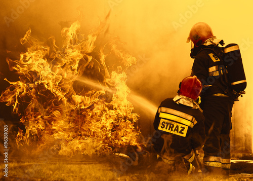 Photographie firefighters extinguishing a dangerous fire