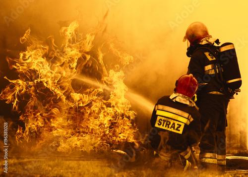strażacy gaszący niebezpieczny pożar