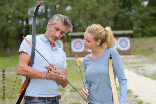 girl having archery lessons Fototapet