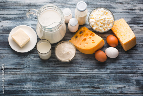 Fotografía  Dairy products grocery assortment on rustic wooden table