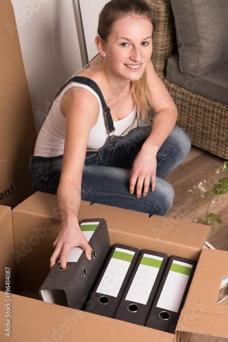 Frau Beim Umzug Packt Den Haus Stand In Umzugskartons Buy This