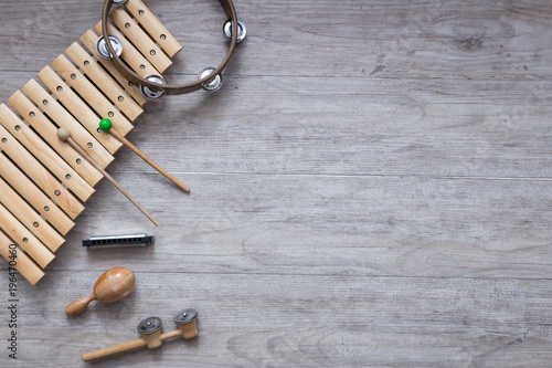 Foto Pack of percussion instruments on a grey wooden table