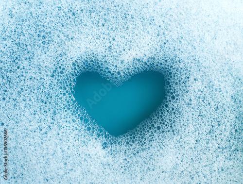 Valokuva Heart shape formed from soap suds