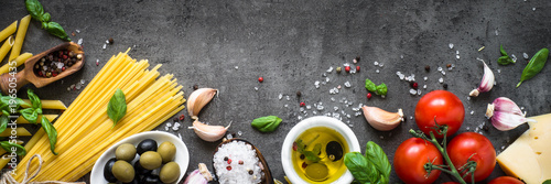 Fotografía  Italian Food background on black stone table. Top view.