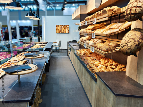 Foto op Plexiglas Bakkerij Fresh bread and pastries in bakery