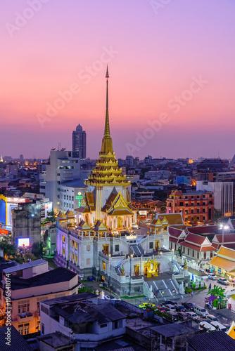 In de dag Bangkok High view of Wat Traimitr Withayaram in sunset time