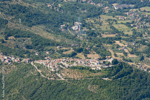 Photo Aerial image of typical village on a hill in the Apennines mountains