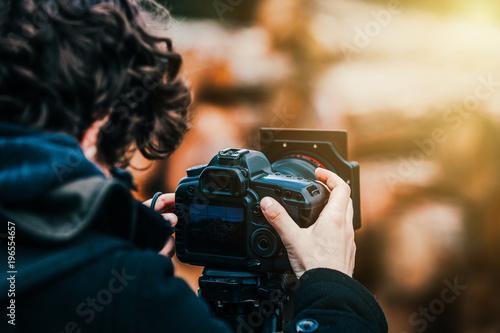 Obraz Fotograf macht in der Natur Fotos mit Stativ  - fototapety do salonu