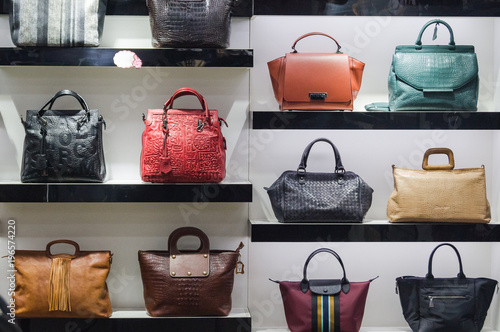 Photo  Handbags in the shop window of a fashion boutique