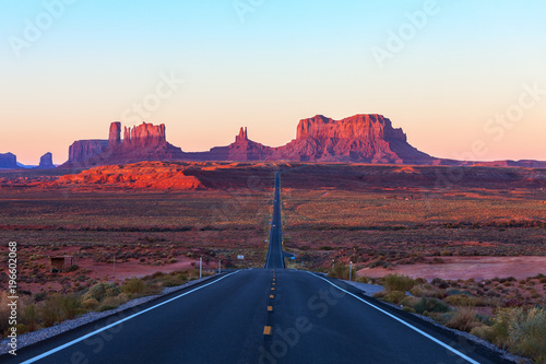 Fotografía  Scenic view of Monument Valley in Utah at sunrise,  United States