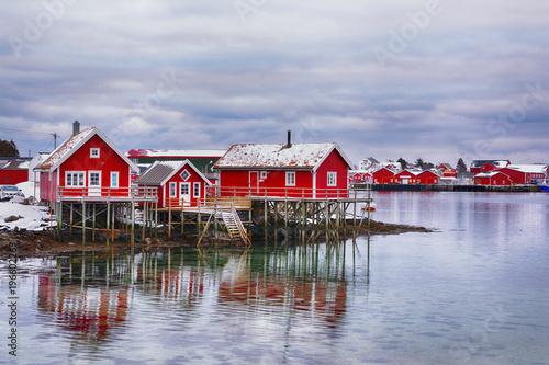 Cuadros en Lienzo Beautiful winter landscape with traditional Norwegian fishing huts in Lofoten is