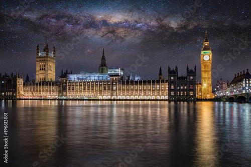 Fototapeta Pałac Westminster i Big Ben w Londynie w nocy pod gwiazdami i Droga Mleczna