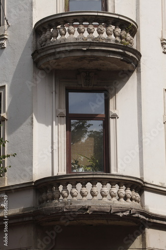 Foto  Verzierter Balkon und Fenster