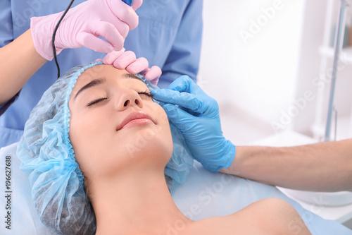 Fotografía  Professional beautician teaching trainee in salon