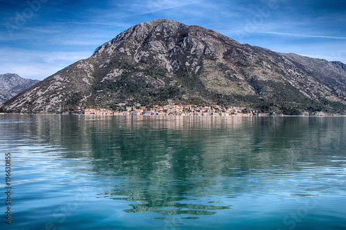 Foto auf Gartenposter Reflexion beautiful rocky mountain reflected in the water of the sea bay.