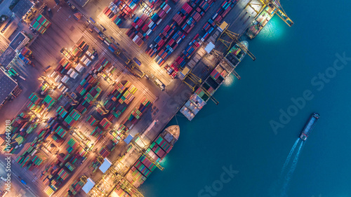 Fotografía  Container ship in export and import business and logistics