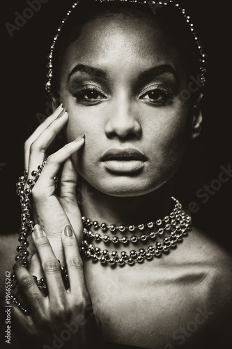 Foto auf Acrylglas Bestsellers beautiful woman wearing chain jewellery in black and white photo