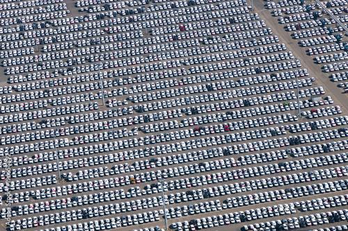 Fotografía Autos auf Parkplatz - Autoverladung auf Autotransporter