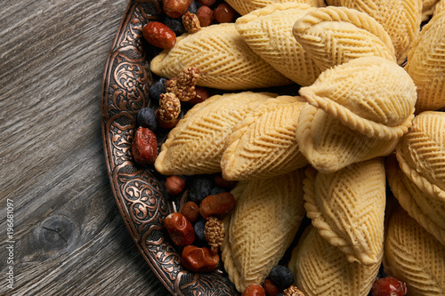 Photo Azerbaijan national pastry Shekerbura with nuts and honey for Novruz holiday on