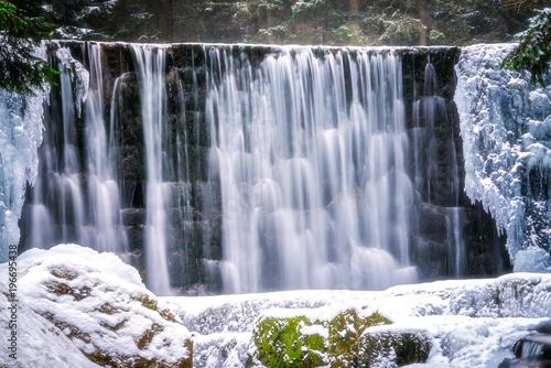 Foto auf Gartenposter Wasserfalle Wild waterfall in winter