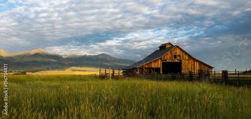 Fototapeta Mountainside Barn
