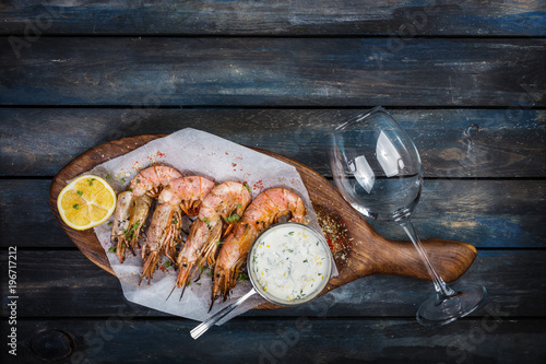 Staande foto Vlees Grilled shrimp or langoustine with white sauce and lemon.