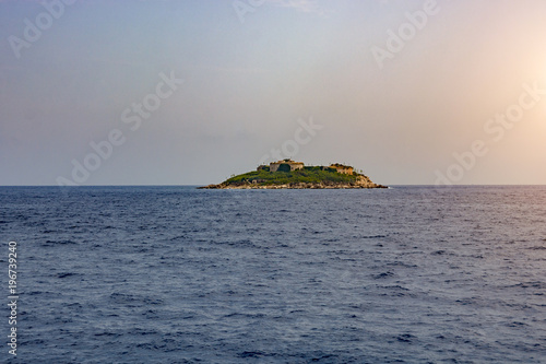 Foto op Aluminium Eiland Island in the middle of the sea with a fortress