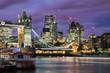 Blick auf die beleuchtete Tower Bridge und die City von London am Abend